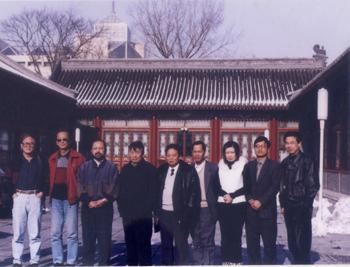 <span>2001年元月由国家社会劳动保障部组织,参加国家茶艺师职业标准审定会的与会茶文化专家在北京合影(右二为周文棠教授)</span>